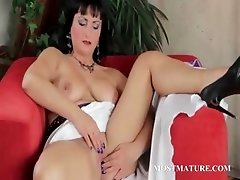 Mature hottie masturbates her hot snatch