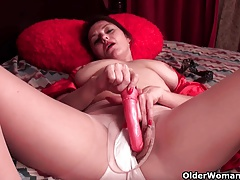 Horny soccer mom cuts open pantyhose and works hairy cunt
